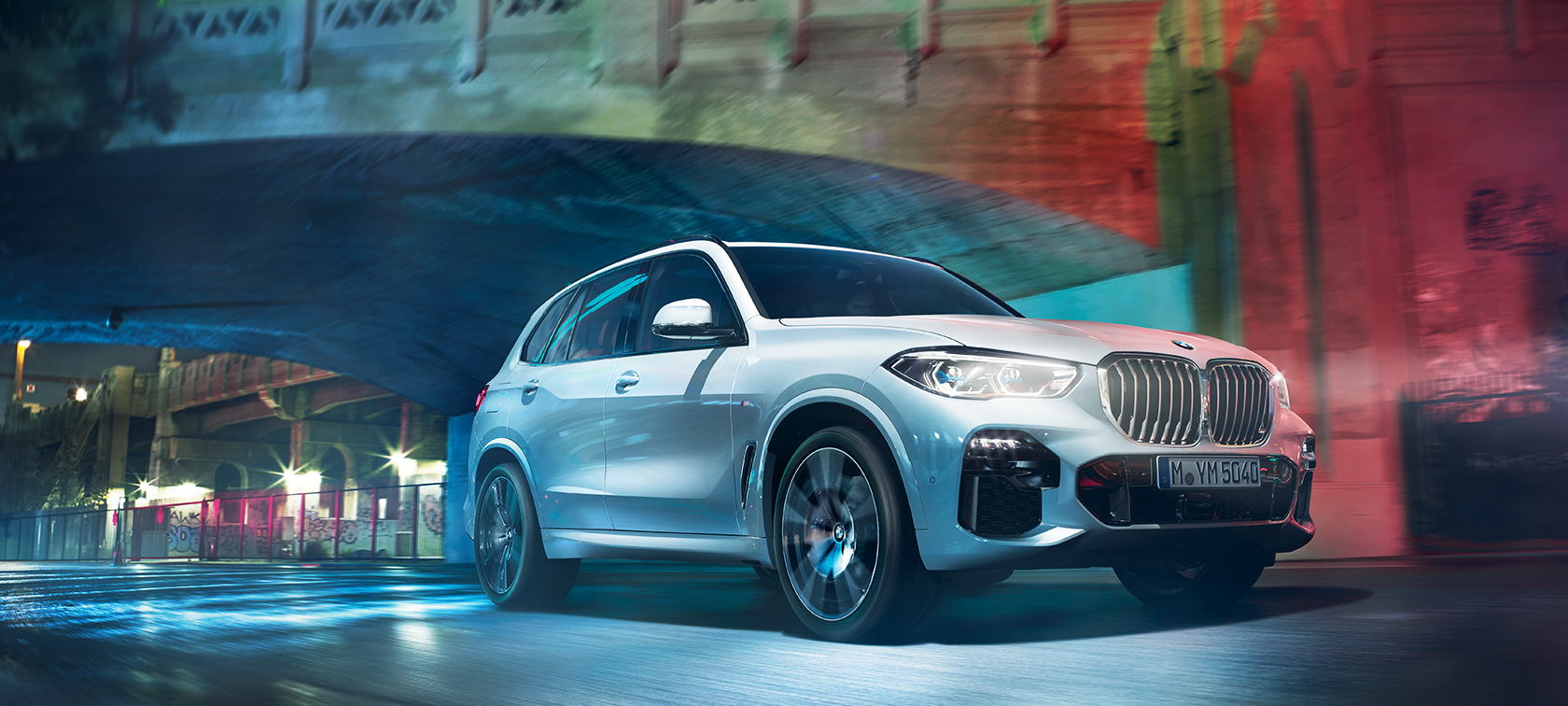 BMW X5 G05 2018 Mineral White metallic three-quarter front view driving at night