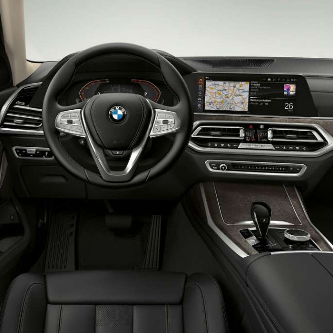 Frontal close-up of the driver's cockpit of the BMW X7 with standard equipment features